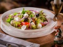 Овощной салат с кусочками брынзы