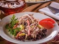 Смешанный мясной салат с домашней бужениной, телячьим языком, курицей и овощами