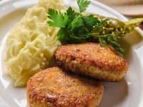 Котлетки мясные с картофельным пюре и соленым огурчиком на гарнир